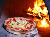 【夕食の一例】一番人気!手作りの石釜ピザです。焼きたてアツアツを召し上がれ♪