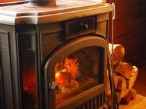 冬は暖炉をかこんでお食事をどうぞ!!