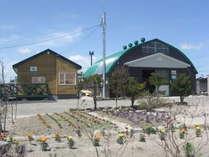 温泉リゾート湯の里の受付(右)です。春から夏にかけて花が沢山咲きます。