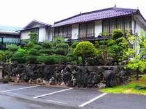 井倉洞のすぐ前に佇む、昔ながらの旅館です