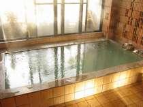 麦飯石のお風呂は、お肌つるつるの美人の湯。体の芯まであたたまります。