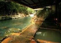 川岸露天風呂・・・300年湧き続けております。