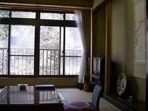 渓流側の客室。窓からは四季折々の眺めが楽しめます。
