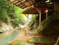 300年湧き続けている川岸露天風呂。88段の階段を下りた先にございます。上がりはご不便をおかけします。