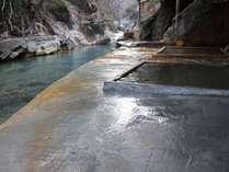 15年9月の水害で流されてしまった川岸露天の一部浴槽が完全復旧いたしました