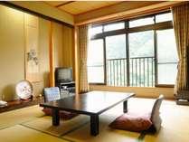 川側客室の一例。窓からは四季折々の景色を望む