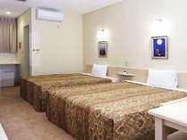 約25平米の広さに、幅1.5m以上の大型ベッド2台。1名~親子4人まで宿泊可。全室無料ネット接続可。