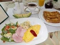 【朝食】ハワイアンコーヒー、マカワオ特製フレンチトーストたっぷりのメープルシロップをかけてどうぞ♪