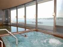 大浴場からは錦江湾を一望できます。行きかうフェリーを眺めながら湯ったりのんびり。