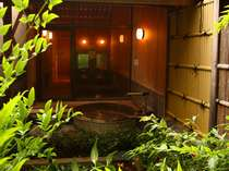 伊豆石の内風呂とローマ石の壷露天が人気の貸切風呂「花水木」(はなみずき)