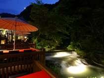 夜の川どこは、幻想的な雰囲気に包まれます。