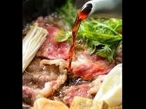 ■名物のすき焼き■厳選した牛肉の旨みを引立たせる特製の割下。香ばしい匂いが食欲をそそる