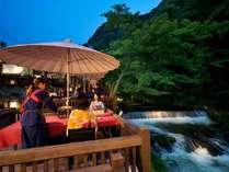≪水辺のダイニング 川どこ≫豊かな自然に囲まれ、すぐ傍では湯川の渓流が流れる人気の食事会食場