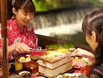 ★水辺のダイニング川どこ★湯川の渓流のすぐ隣に佇む屋外の会食場。幻想的な空間の中で会席料理に舌鼓