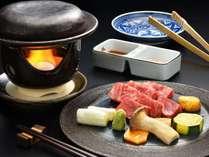 【牛肉の陶器焼き】星料理長が吟味した霜降り和牛と赤身の牛肉2種類を陶器焼きで。山葵、お塩、特製ダレで