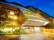 ■外観■東山温泉の渓流沿いに佇む当館。四季折々の渓谷美と、こだわりの和会席を堪能する大人の湯宿。