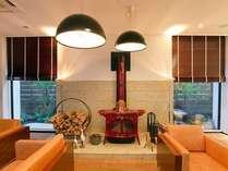 【ロビー】薪ストーブが設置されあたたかな雰囲気