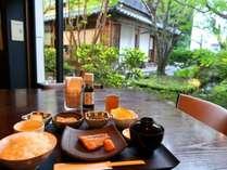 【選べる朝食(和食)】中庭のいきいきとした緑を眺めながら、普段よりもゆっくりとお召し上がりください。