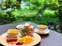 ≪朝食付プラン≫中庭を眺める緑の空間で、地元の旬野菜を使った朝ごはん<和食・洋食が選べます>