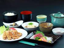 夕食全体 日替わりメニューです。おかずは5品で、ご飯はお替わり自由です。夕食時間:18:00-20:00*