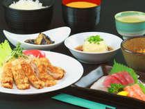 夕食全体 日替わりメニューです。おかずは5品で、ご飯はお替わり自由です。夕食時間:18:30-20:30*
