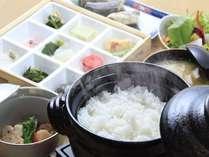 【1泊朝食プラン】炊きたて土鍋ご飯がススむ!絶品朝食で始まる一日♪