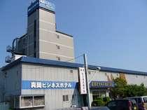 真岡ビジネスホテル 外観です。真岡駅より徒歩2分、駅より南側(下館方面)1つ目踏切すぐ脇です。
