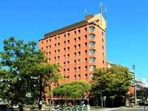 ※セントラルホテル岡山外観-ホテル前には川が流れ、川向には子どもたちが遊ぶ公園もあります
