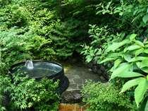 自然林に隣接してある人気の「露天五右衛門風呂」。森林浴と温泉が一度に楽しめます。
