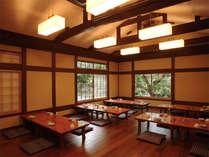 お食事は食堂か広間でご用意いたします。たまたま隣り合わせたお客さまと話がはずむことがあるかも!