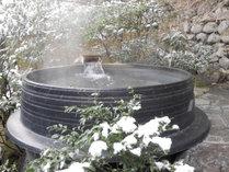 @【冬の露天風呂】風情豊かな雪景色を眺めながらほっこり。冷えた体も温まる。