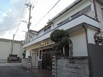 *【外観】大通りから一本入った、諏訪神社の木立の中に佇む静かな旅館です。