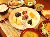 タイミング良くだされる朝食では、炊きたてご飯をご用意。一日に必要な栄養素が全て含まれる献立