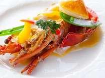 グレードアップコースの魚料理、ロブスターのポワレ 濃厚なソースを米粉のパンと共に