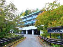 温泉街を流れる台川に掛かる橋を渡ると、ホテル三右ェ門は御座います。