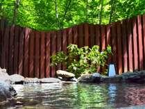 眼前に木々が広がる男性露天風呂