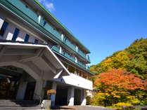 紅葉に囲まれたホテル三右エ門