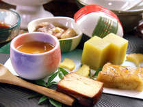 """季節の食材を生かした""""自然会席""""。天然の恵みを味わいながら旬の味覚をお楽しみください"""