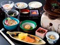 【朝食】料理長オリジナルレシピの朴葉味噌を中心とした和定食(イメージ)