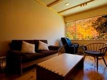 【半露天風呂付き和洋室】マッサージチェア付き客室。秋の時期は客室からも紅葉を愉しめます。