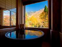 【客室風呂】半露天風呂付き客室の客室風呂の一例(紅葉イメージ)
