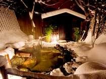 【貸切露天風呂(冬)】雪に囲まれた貸切露天風呂。貸切風呂は無料で利用可能。