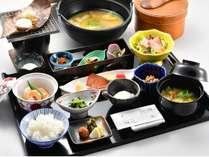 【朝食】料理長特製の朴葉味噌が美味しい、自慢の朝食(一例)
