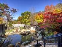 【大浴場露天風呂(秋)】紅く染まる紅葉を望む源泉かけ流しの大浴場露天風呂。