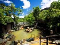 【大浴場露天風呂(夏)】北アルプスを望む新緑の露天風呂。日頃の疲れをリフレッシュ。
