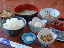 *【朝食一例】素朴であったかい和定食。女将が作るお漬物や梅干もお試しくださいませ。