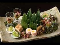 基本会席「やそはち十味」。季節ごとに旬の食材を厳選し逸品料理をご用意します。