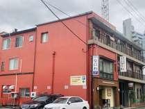 赤い建物なので目立ちます。