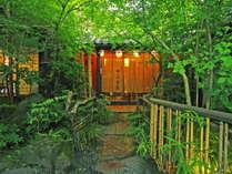 新緑が綺麗な由府両築の玄関。小鳥のさえずりも聞こえてきます。