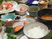 ★炊きたて湯布院産こしひかりや地元農家の方から届く黄身がオレンジの地卵が並ぶ